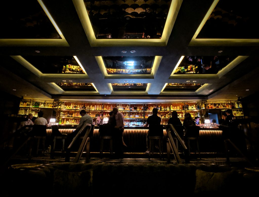 cocktail bars in singapore in a hotel manhattan bar