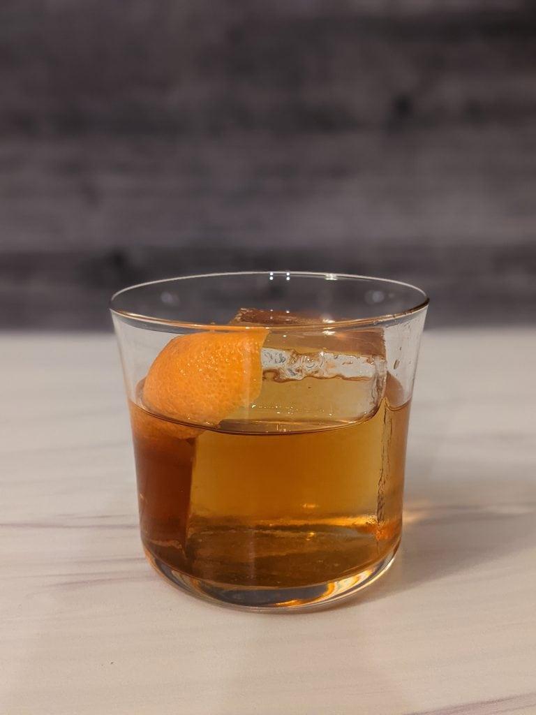 manhattan vs old fashioned cocktails